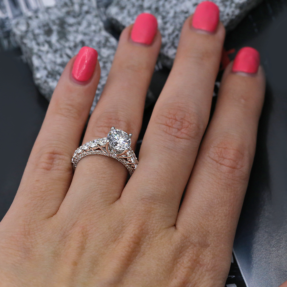 Engagement ring features 1.72ct