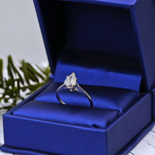 Solitaire Engagement ring features