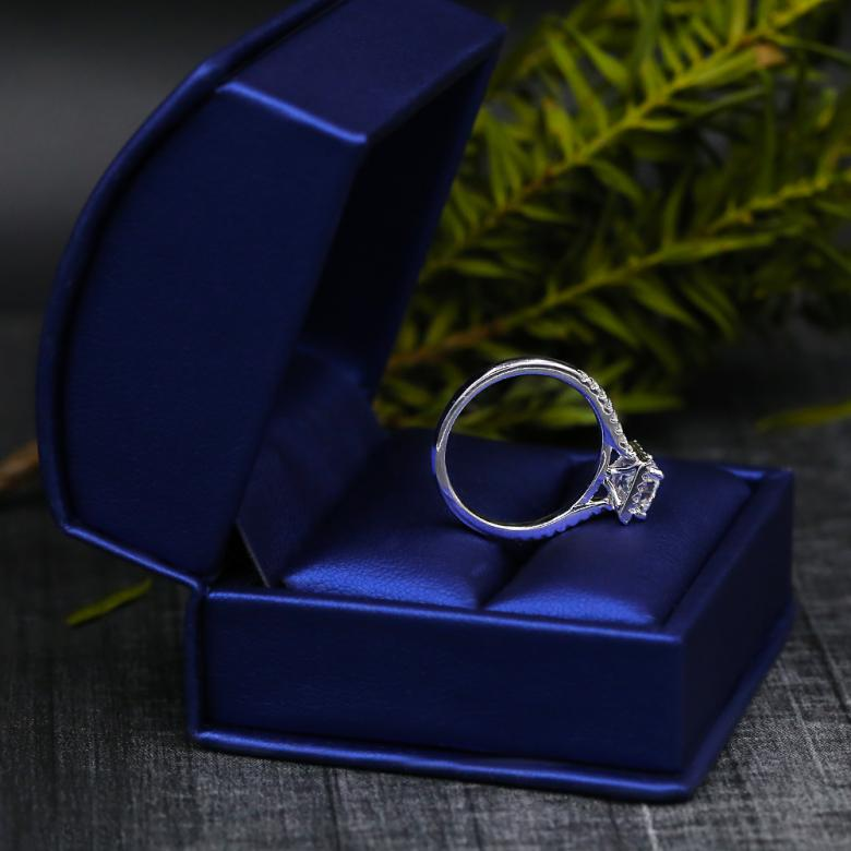 FANTASTIC ENGAGEMENT RING WITH