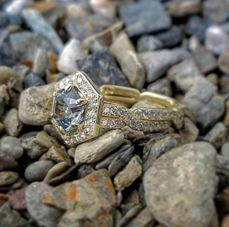Color-shifting sapphire gold engagement
