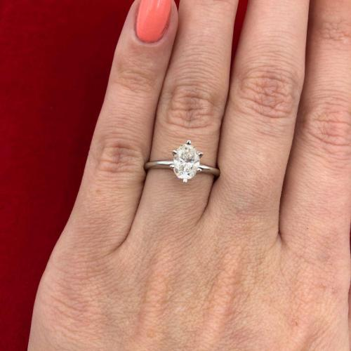 Engagement ring features 1.00ct