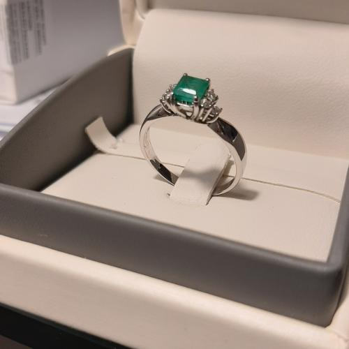 Emerald with 6 diamonds