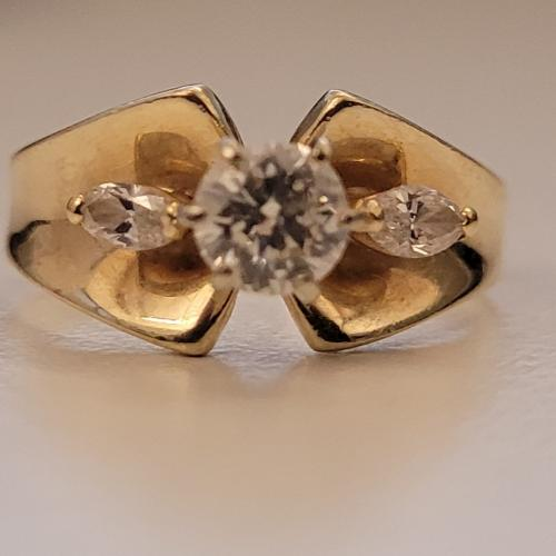Gold round center/marquise side