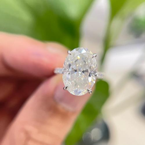 Oval Crushed Ice Moissanite